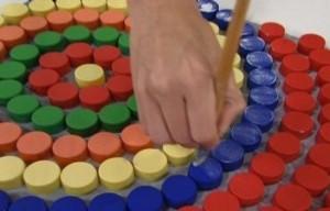 artesanato-ecologico-quadro-psicodelico-com-tampinhas-de-garrafas-2